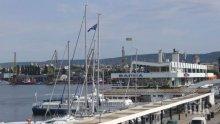 ПОЖАР В МОРЕТО! Горя яхта на Морската гара във Варна