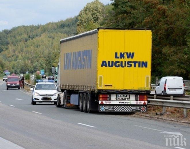 """СТАВА СТРАШНО! Турски ТИР се пъхна в насрещното на """"Ботевградско шосе"""""""