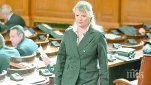 """САМО В ПИК И """"РЕТРО""""! Нона Йотова с пълна излагация в парламента - две седмици ходи с един и същ тоалет"""