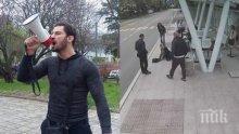ЕКШЪН В БУРГАС! Бандата на Перата и приятели обградиха блока на Живко, изритал старица на спирка