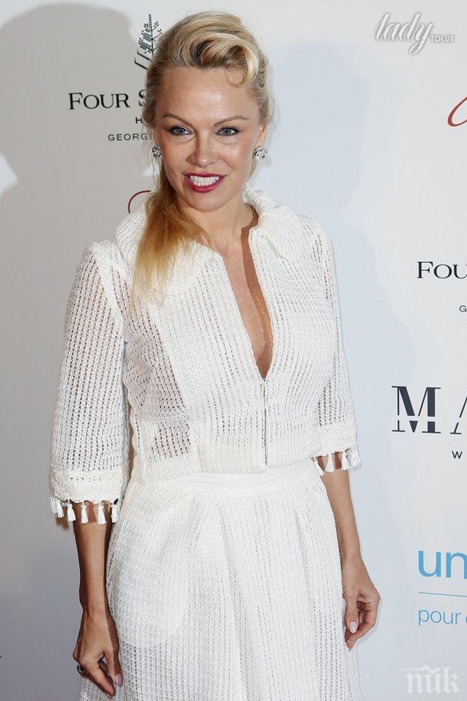 100% Памела! Появи се на светско събитие в бяла рокля на дупки и без сутиен (СНИМКИ)
