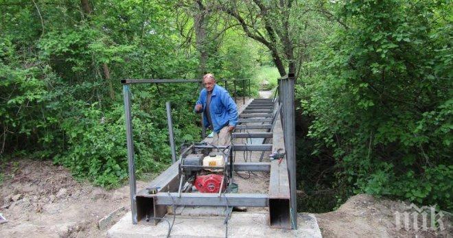Подновяват моста на целувките в стария Преслав