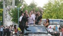 Заснеха абитуриенти да висят от коли, чакат ги честитки от КАТ