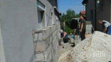 Пълен абсурд! Съседи зидaт висока ограда пред прозорците на възрастна жена (СНИМКИ)
