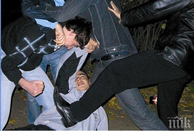 Бой пред дискотека! 21-годишен спука главата на тийнейджър