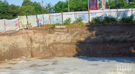 Скандал на седмицата! Могила с ценни артефакти в Пловдив затрупана с тонове бетон