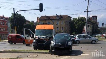 Тежка катастрофа! Линейка и кола се помляха в София, има пострадали