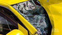 ИЗВЪНРЕДНО В ПИК! Тежка катастрофа в София! Такси излетя от пътя и се заби в стълб