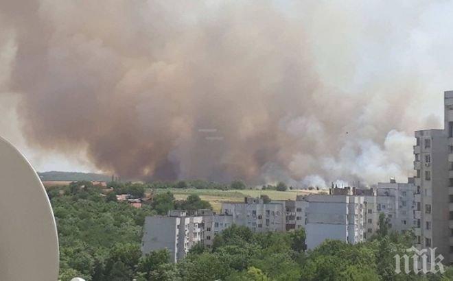 ОТ ПОСЛЕДНИТЕ МИНУТИ! Огнен ад в Плевен! Голям пожар гори до жилищни сгради (ВИДЕО)
