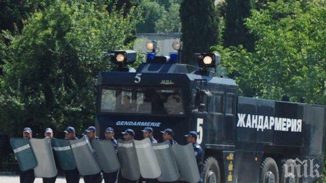 СТАВА СТРАШНО! В Асеновград докараха водно оръдие за протеста, ромската махала е отцепена