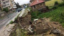 УЖАС! Паднала подпорна стена затрудни движението в Смолянско