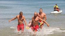НА ВНИМАНИЕТО НА БЧК! Спасителите на плажа цъкат игри, други спят на сянка (СНИМКА)