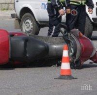 Моторист е в тежко състояние, след като се ударил в движеща се кола в Шумен