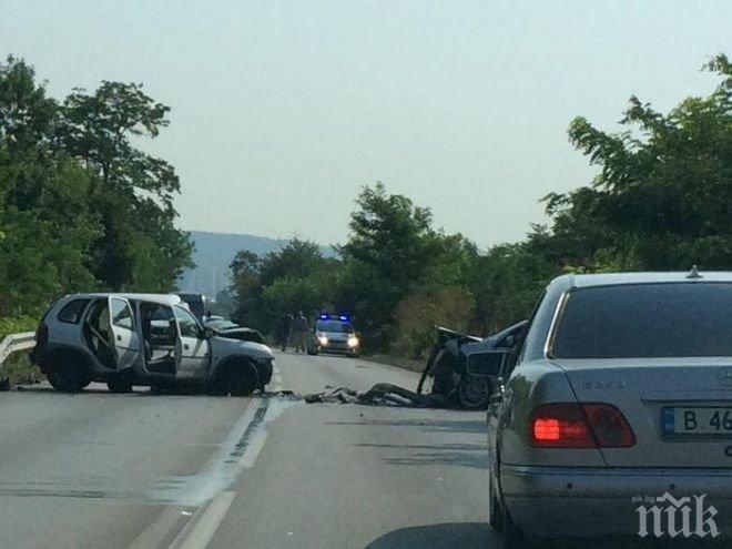 От последните минути! Тежка катастрофа във Варна, двама са в болница (СНИМКИ)
