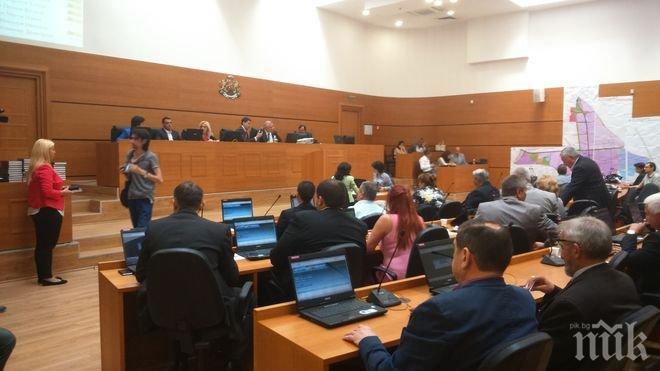 ЕКШЪН! Скандал в пловдивския парламент, извеждат с охрана таксиметрови шефове (СНИМКИ)