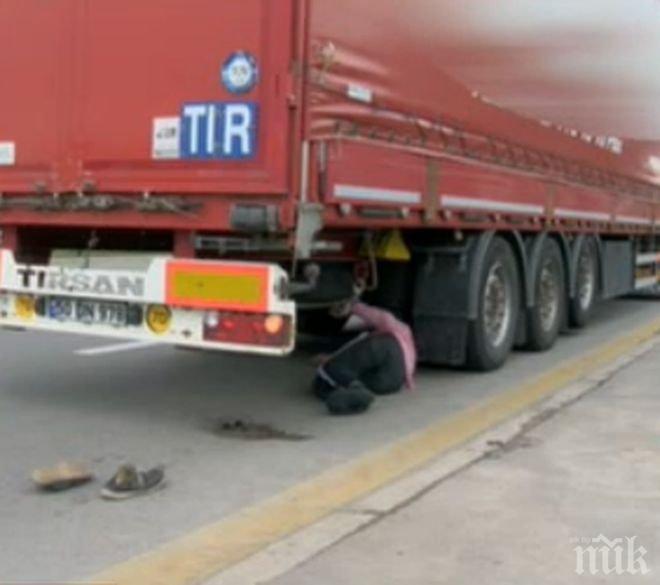 """Камион се преобърна до квартал """"Крайморие"""" в Бургас и блокира движението (СНИМКА)"""