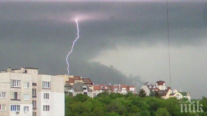 ИЗВЪНРЕДНО В ПИК! Страшна буря връхлетя София! Гърми и трещи, очаква се градушка (ВИДЕО)