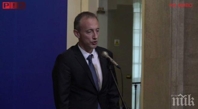 ИЗВЪНРЕДНО В ПИК TV! Министър Вълчев: Направихме първата стъпка за увеличението на учителските заплати (ОБНОВЕНА)