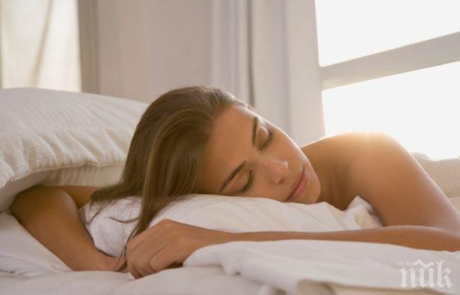 Вижте 10 причини защо трябва да спите голи