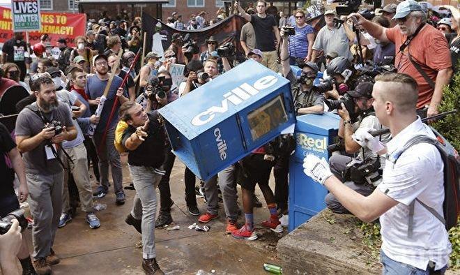ИЗВЪНРЕДНО В ПИК! Автомобил се вряза в тълпа протестиращи в САЩ (ВИДЕО)