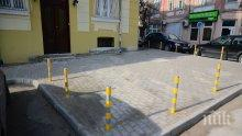 Джигит катастрофира на булевард в Пловдив, отнесе колчета (СНИМКИ)