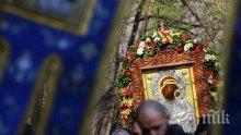 Хиляди се поклониха пред чудотворната икона на Света Богородица в Бачковския манастир