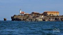 Празникът на остров Света Анастасия се отлага заради бурното море