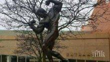 Арнолд Шварценегер остана без подслон, спа пред статуята си (СНИМКА)