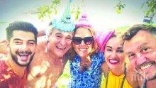 """САМО В ПИК И """"РЕТРО""""! Орлин Горанов чукна 60 с плажно парти - певецът посрещна по бански компания от 12 души край басейна на луксозната си къща (СНИМКИ)"""