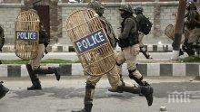 Един убит и шестима ранени при нападение над полицейски лагер в Кашмир