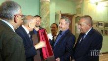 Вицепремиерът Валери Симеонов показва реликва на даскал Ботьо Петков