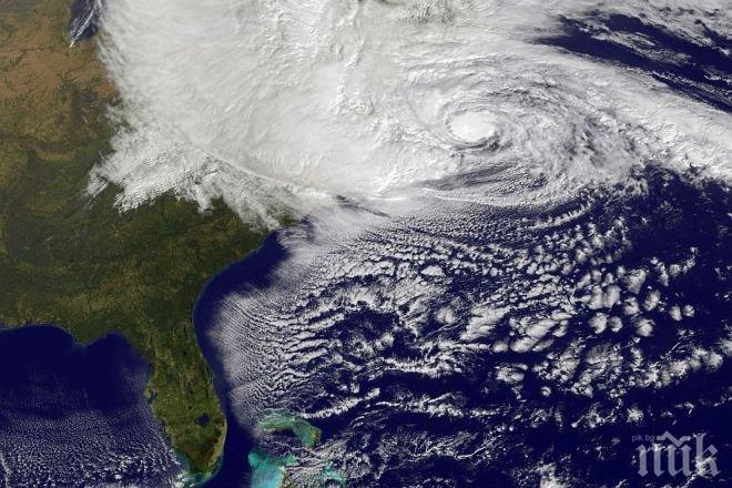 Страшен ураган се завихря над Атлантическия океан
