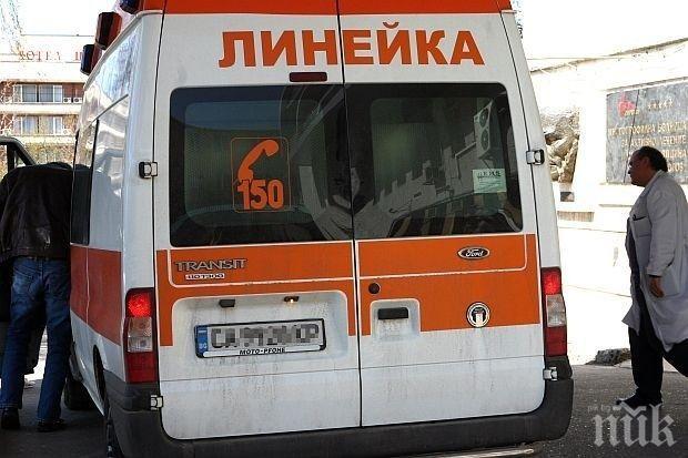 Тежък инцидент! 71-годишна жена е с опасност за живота, кола я отнесе при движение назад