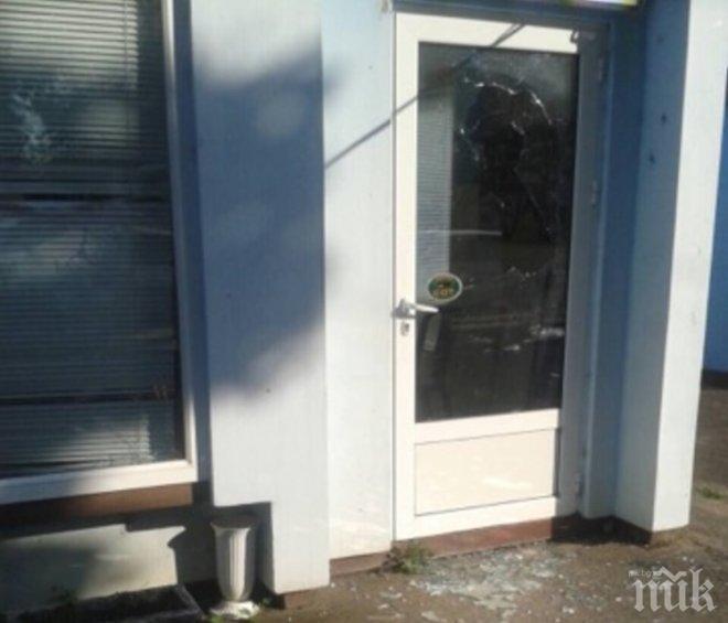ВАНДАЛЩИНА! Гамени потрошиха прозорците на офиса на ГЕРБ в Криводол
