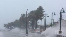 """Стихия! """"Ирма"""" """"докара"""" деветметрови вълни по крайбрежието на Куба"""