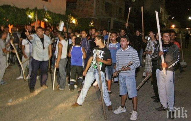 ЕКШЪН В САНДАНСКИ! Циганин нападна друг с брадва, полиция окупира махалата