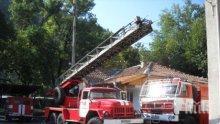 Фургон и пристройка към хотел горят във Велинград