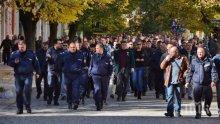 Недоволство!  Пожарникари и полицаи излизат пред парламента на протест