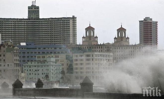 """Стихия! Ураганът """"Ирма"""" е разрушил над 4 000 сгради в Хавана"""