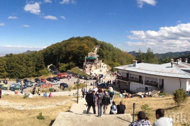 Хиляди вярващи посрещнаха утрото с молитва в Кръстова гора
