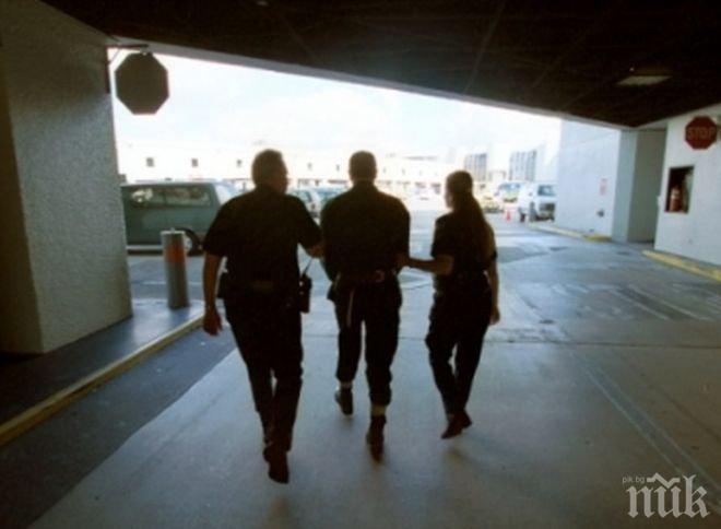 Трима митнически служители от летището в Нюарк са обвинени в изнасилване на свои колежки