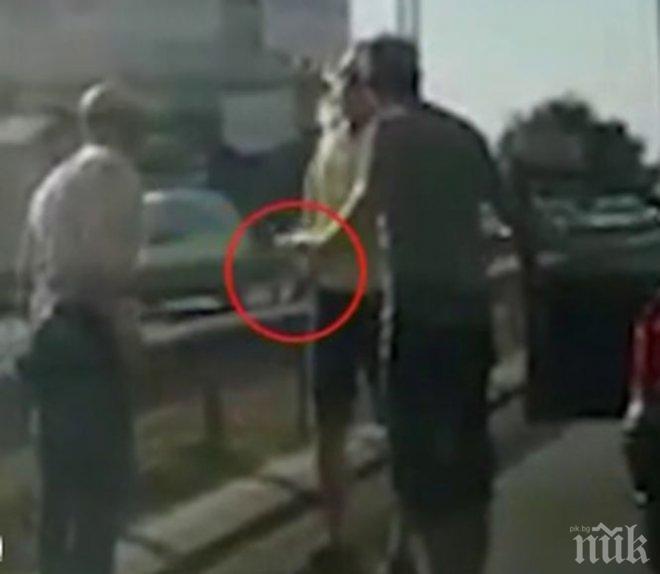 ДЖИГИТ НА ПЪТЯ: Мъж размаха пистолет след забележка! Избутвал коли с агресивно шофиране! (ВИДЕО)