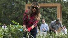 Мелания Тръмп събра реколтата в градината на Белия дом (СНИМКИ)