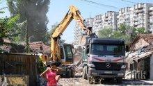 """АКЦИЯ В ПЛОВДИВ! Циганите от """"Арман махала"""" настръхнаха! Нахлуха багери и полиция, събарят незаконни постройки"""