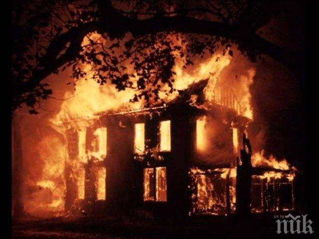 Пожар изпепели старица в дома й