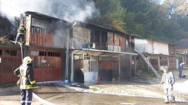 Газова бутилка избухна в дървени складове