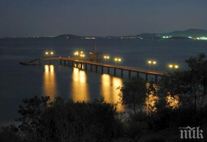 ЗЛОВЕЩО! Труп се носи около Моста в Бургас, викат лодка да го извади