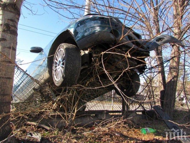 КАЦНАЛ НА ОГРАДА! Пиян изпусна колата и литна...