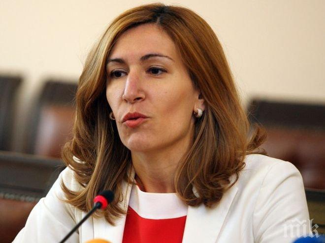 Министър Ангелкова не вижда причина да подава оставка