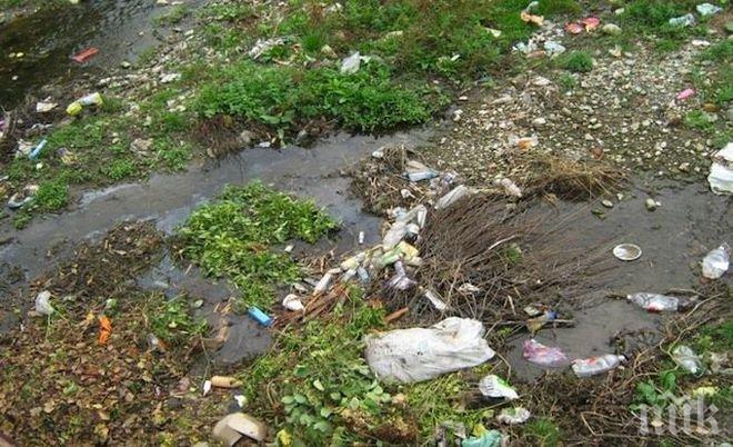 Фекални реки заляха Белащица край резиденцията на д-р Енчев (СНИМКИ)